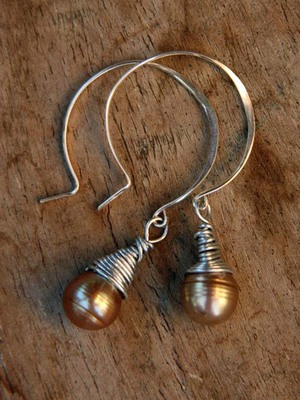 Golden_drop_pearl_earrings
