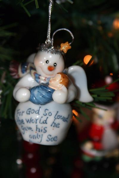 Snowman_holding_baby_jesus